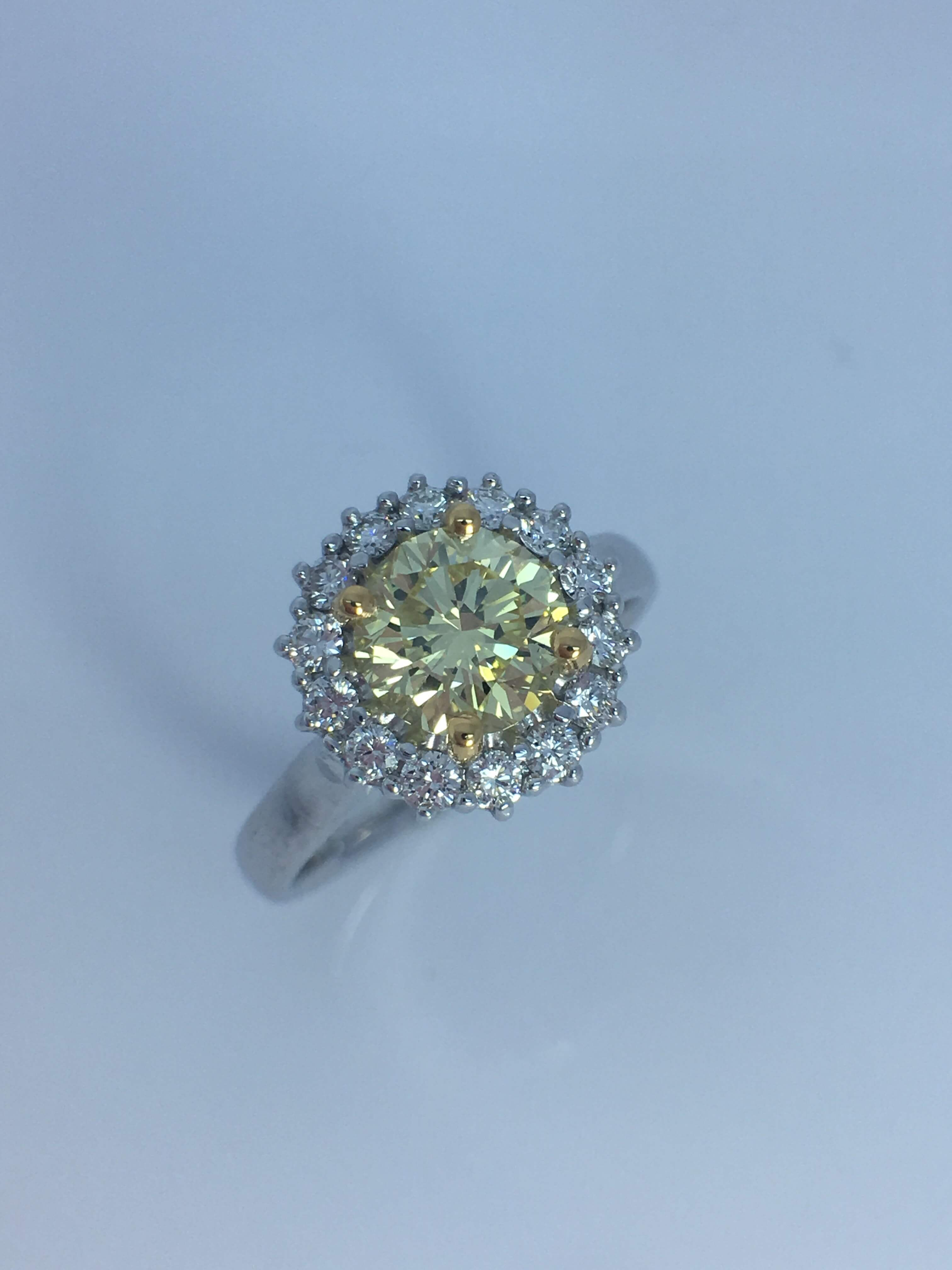 18ct White gold Colored _ White Diamond Ring